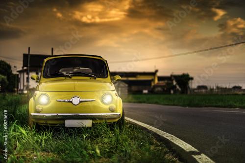 Mały rocznik włoski samochód Fiat Abarth