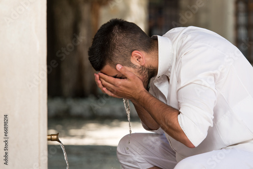 Fotografia, Obraz Islamic Religious Rite Ceremony Of Ablution Face Washing