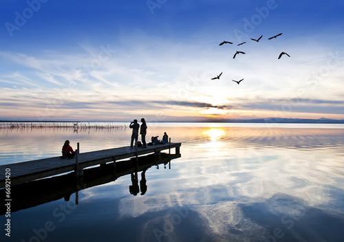 Tuinposter turistas en haciendo fotos en el lago