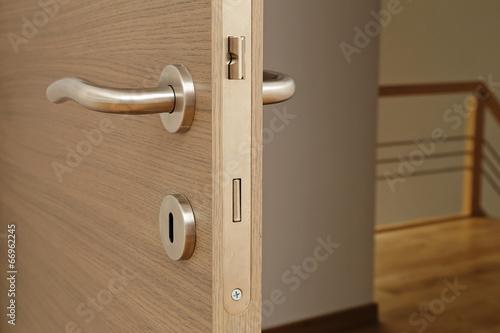 Fotografie, Obraz  Poignée et serrure de porte maison intérieur