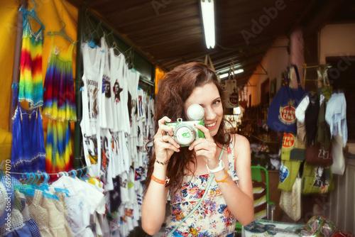 Девушка с фотоаппаратом в сувенирной лавке на Кубе Canvas Print