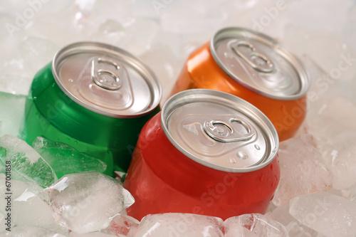 Fotografía  Cola und Limonade en Dosen auf Eis