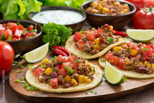 Foto Mexican cuisine - tortillas with chili con carne, tomato salsa