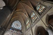 Wnętrze Kościoła Z Kopułą I Witrażami