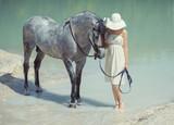 Młoda mądrze dama chodzi z koniem - 67040247