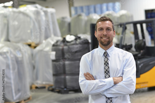 Fotografía  erfolgreicher Manager einer Logistikfirma im Warenlager