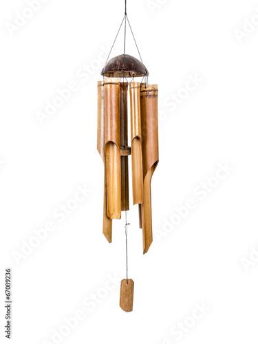 drewniane-dzwonki-wietrzne-ma-bialym-tle