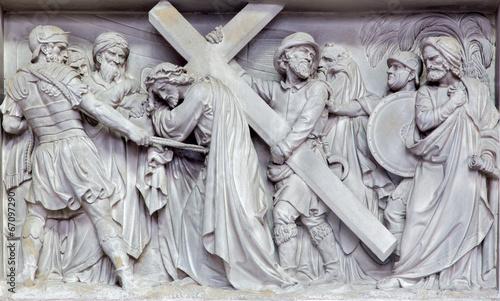 Fotografía Mechelen - Stone relief Simon of Cyrene help Jesus