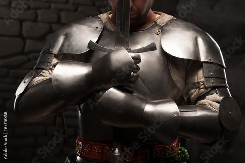 Cuadros en Lienzo Caballero medieval de rodillas con la espada