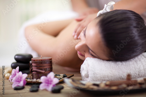 Pinturas sobre lienzo  Beautiful woman having a wellness back massage at spa salon