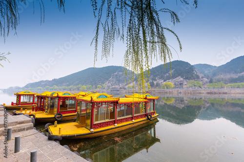 Photo sur Aluminium Chine Traditional china boat on a lake, luoyang, China