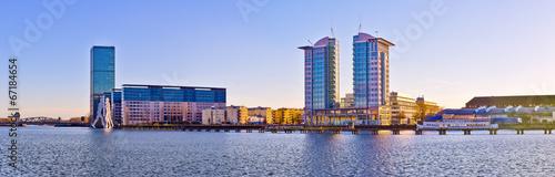 nowozytni-budynki-blisko-bomblowanie-rzeki-w-berlin-niemcy