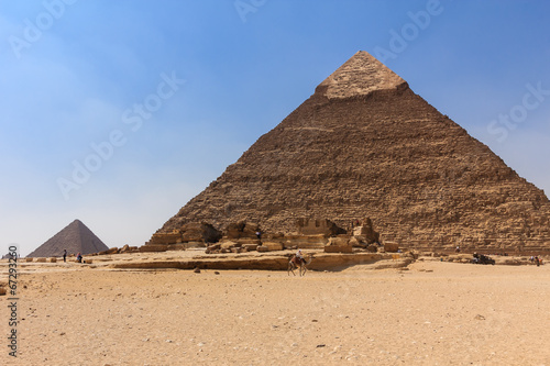 Tuinposter Egypte cameleer at giza pyramid , cairo in egypt
