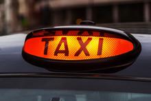 Leuchtendes Taxi-Schild Eines ...