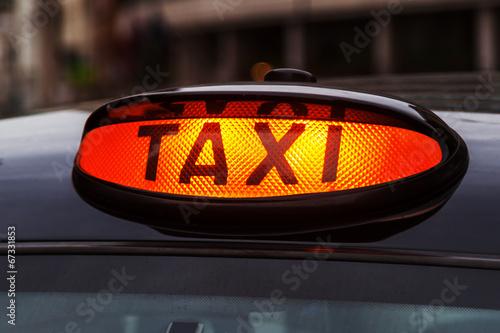 leuchtendes Taxi-Schild eines Londoner Taxis Wallpaper Mural