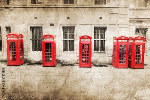 nostalgicznie-teksturowany-obraz-czerwonych-budek-telefonicznych-w-londynie