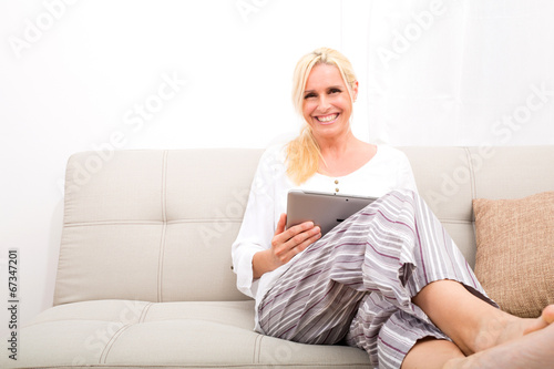 Reife Frau Reitet Schwanz Auf Dem Sofa
