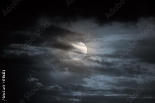 La pose en embrasure Nuit Overcast full moon night