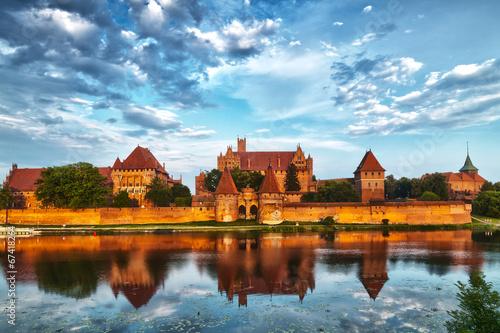 fototapeta na szkło Obraz HDR zamku w Malborku z refleksji