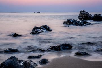 Panel Szklany Wschód / zachód słońca Pink sky over a rocky seashore. Sunset landscape. Thai Boat. Tro