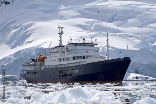 duzy-niebieski-statek-turystyczny-na-wodach-antarktyki-na-tle-o