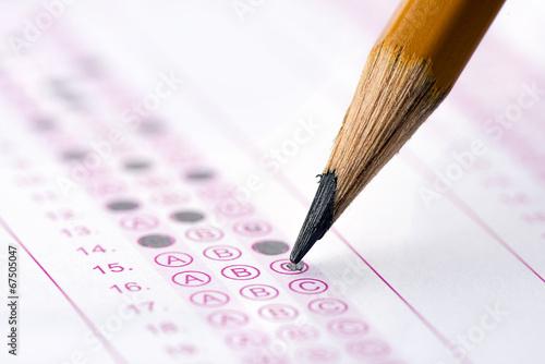 Fotografía  Formulario de examen de opción múltiple con lápiz de color amarillo