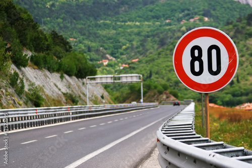 Fotografía  Speed limit on a highway