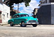 Kubanischer Oldtimer Fährt Auf Der Strasse