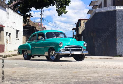 фотография  Kubanischer Oldtimer fährt auf der Strasse