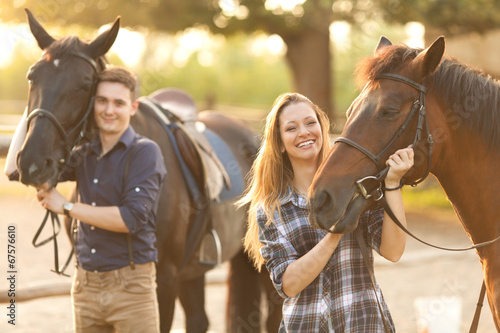 Photo  Young couple with horses