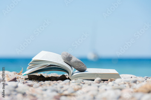 Fotografiet  Book on the beach