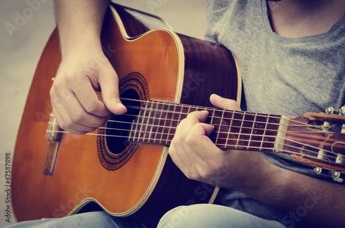 Fotografie, Obraz  Člověk hraje na kytaru