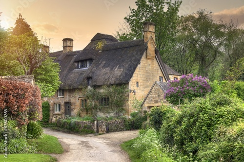 Photo  Cotswold cottage at sunset