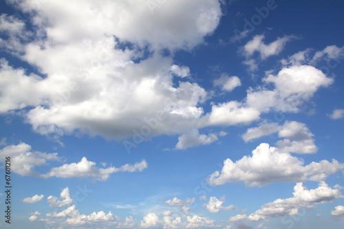 Naklejka na szafę Piękne niebieskie niebo z białymi chmurkami