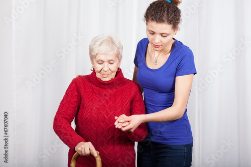 Fotografía  Granddaughter helping grandmother