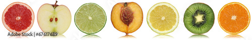 Gesunde Früchte wie Apfel, Orange und Zitrone in einer Reihe