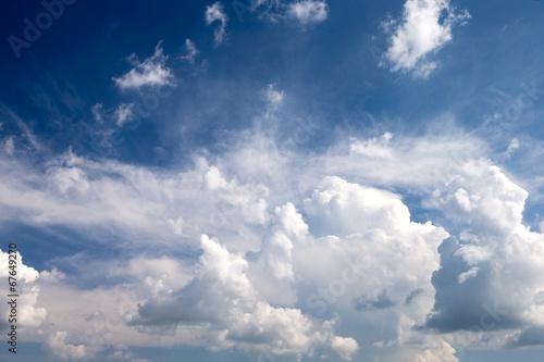 niebieskie-niebo-z-chmurami