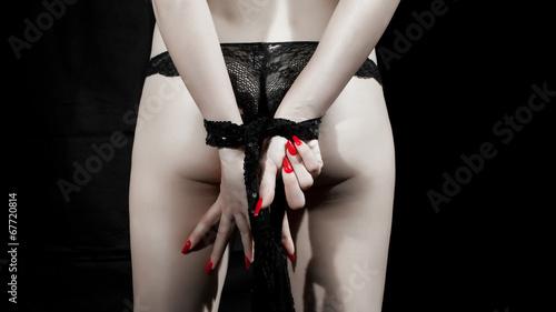 Fotografija  ragazza con mani legate e unghie rosse