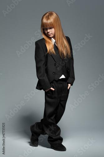mala-modna-dziewczyna-w-czarnym-kostiumu-odizolowywajacym