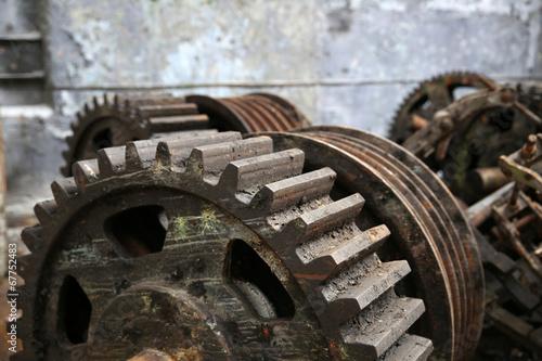 Papiers peints Les vieux bâtiments abandonnés rusty old metal gadgets in an abandoned ship factory