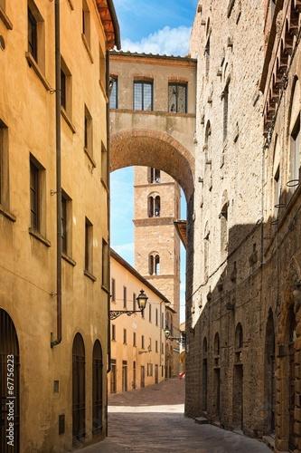 Obraz Ładna ulica w starożytnym mieście Toskanii - fototapety do salonu
