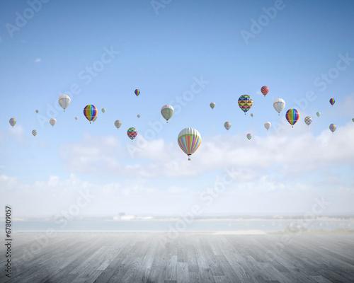 Unter weißen Wolken fliegen