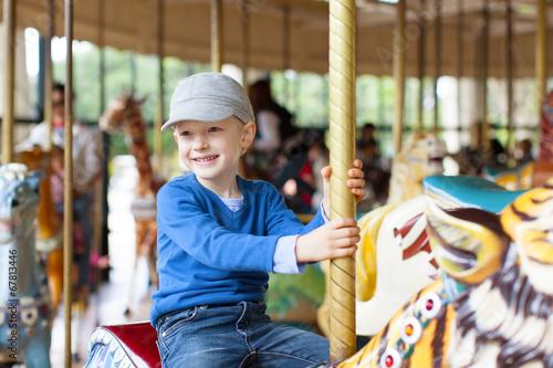Papiers peints Attraction parc boy at carousel