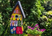 Buntes Vogelhaus Im Garten