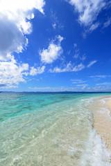 水納島の透明な波と夏空