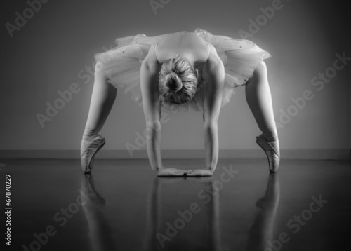 Plakat na zamówienie Graceful ballerina warming up in black and white