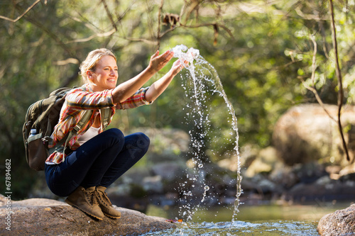 Fotografía  young hiker playing with stream water