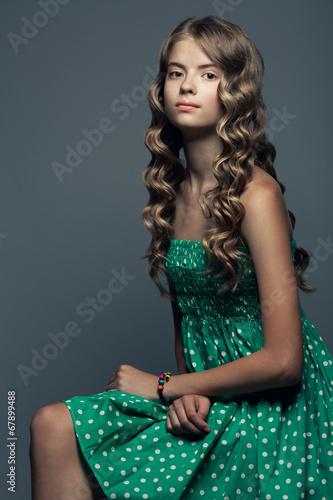 nowoczesna-koncepcja-mona-lisa-piekna-dziewczyna-w-zielonej-sukni