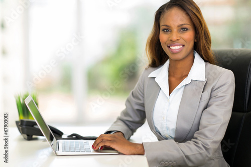 Photo  young african american businesswoman using computer