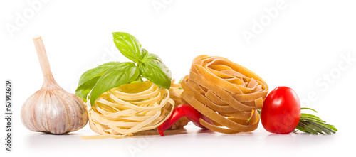 Poster Légumes frais tomatoes and pasta composition isolated on white